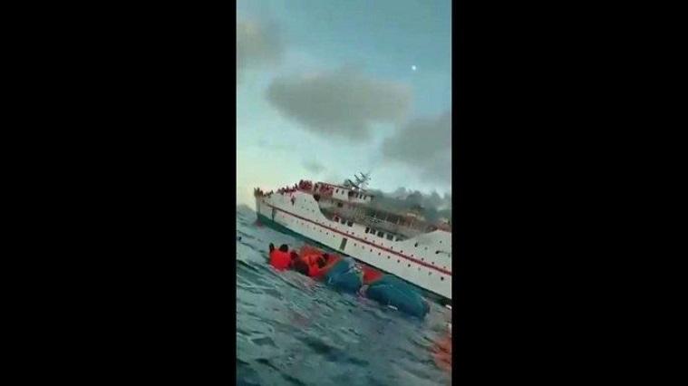 Kapal Yang Ditumpangi Terbakar Hebat, Para Penumpang Kumpul Di Bagian Depan, Satu Persatu Lompat Ke Laut